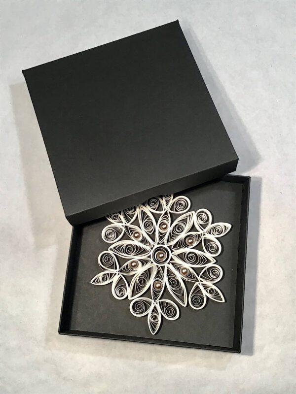 Handgefertigte Quilling-Papierkunst in Kristallform. Besonders geeignet als Fensterbild oder Wanddekoration.